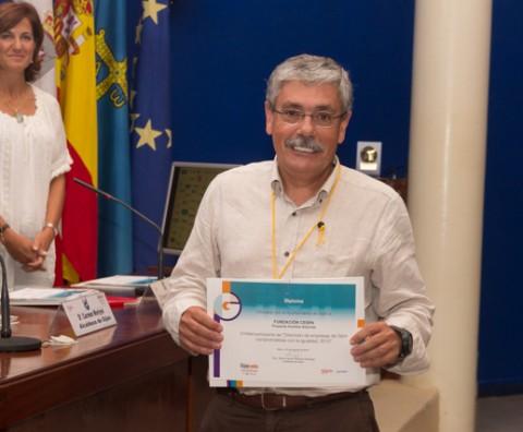 Floro, Director de la Fundación C.E.S.P.A., recibiendo el diploma