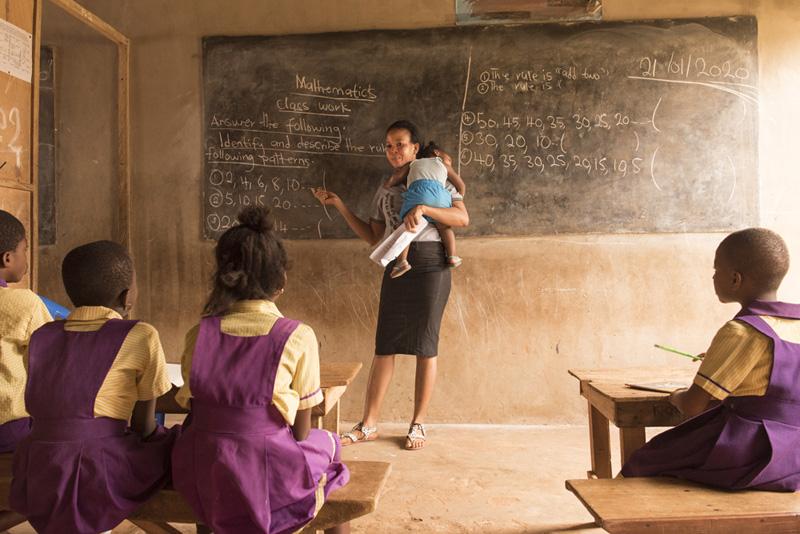 fotografia ganadora mujer profesora en escuela en Ghana