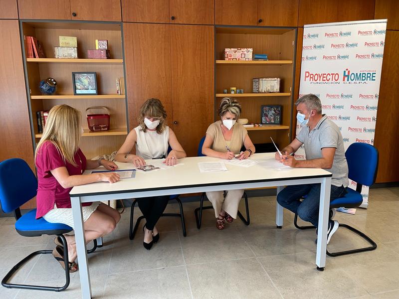 firma convenio con Ramal, socias fundadoras de Ramal y director de Proyecto Hombre