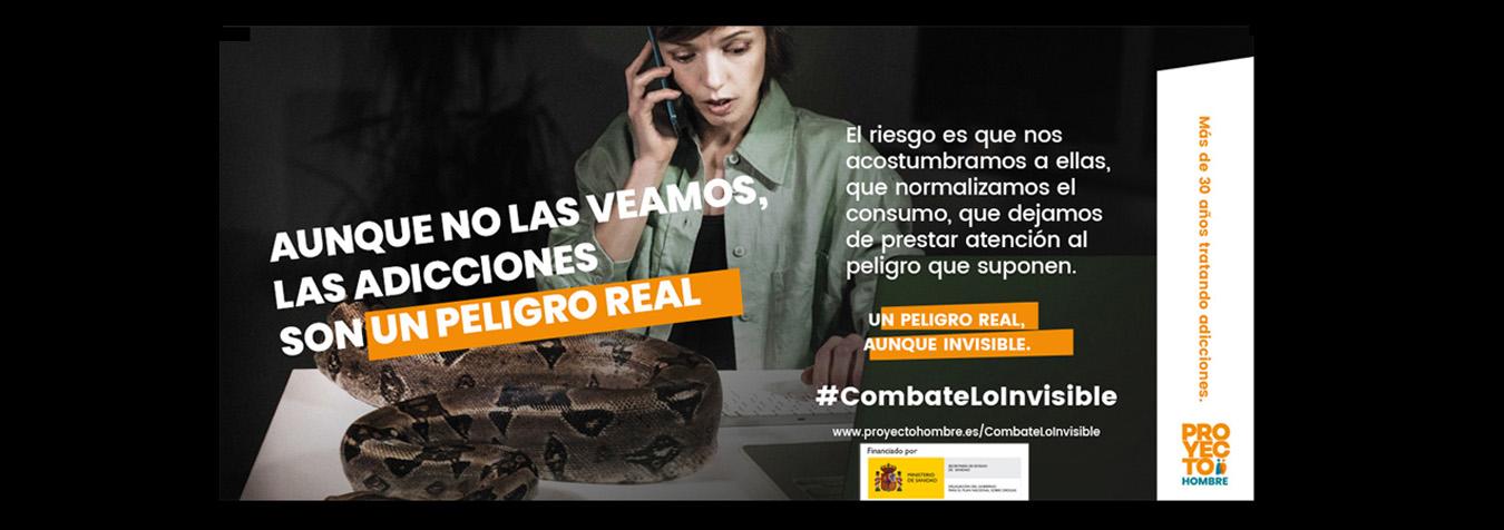 imagen campaña combate lo invisible mujer trabajando con una pitón en su mesa